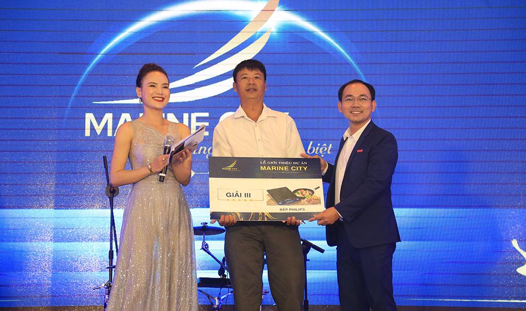 Ông Cao Sĩ Đức - Tổng giám đốc Teraland trao quà cho khách hàng trong lễ giới thiệu dự án Marine City.