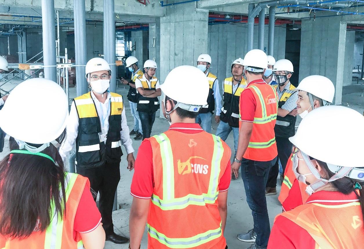 Ông Ngô Lưu Bình ( áo vàng bên trái) TGĐ Tập đoàn BCONS hướng dẫn CBNV Tera Land tham quan công trình .